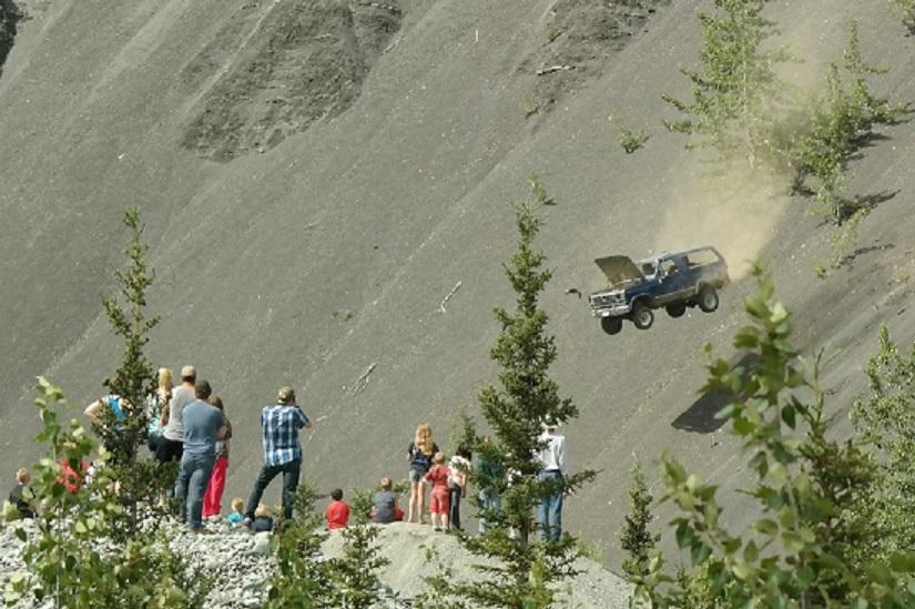 Dân Alaska phi xe xuống vực để ăn mừng ngày lễ Quốc khánh