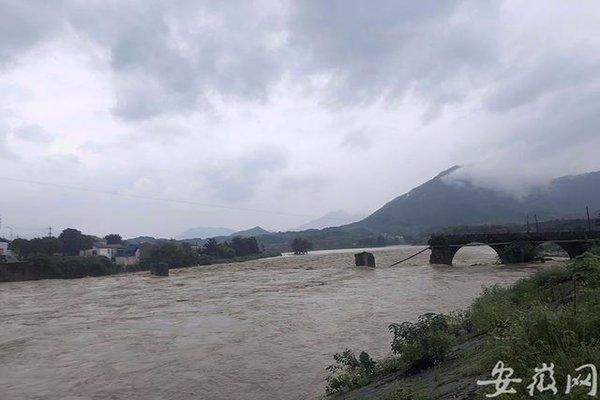 Cây cầu hàng trăm năm tuổi tại Trung Quốc bị lũ cuốn trôi