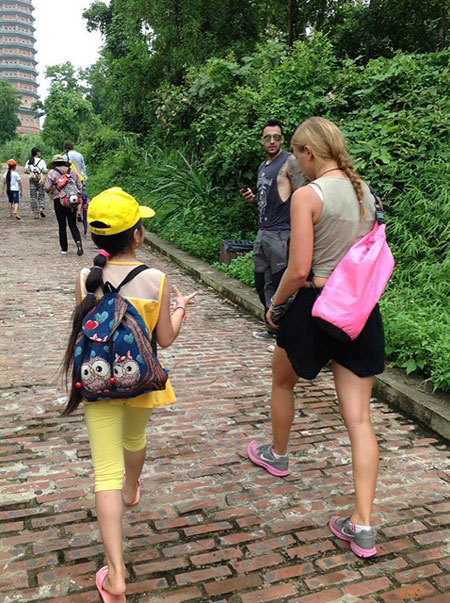 Ninh Binh,mum,help daughter learn English,tour guide