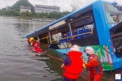Xe buýt chở học sinh đi thi lao xuống hồ ở Trung Quốc, 21 người chết