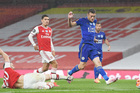 Arsenal níu chân Leicester, MU mừng thầm