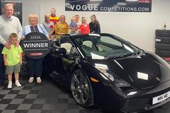 Cụ bà trúng siêu xe Lamborghini Gallardo mui trần nhưng không biết lái xe