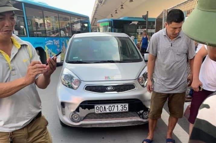 CSGT bị ô tô kéo lê trên phố Hà Nội phải nhập viện