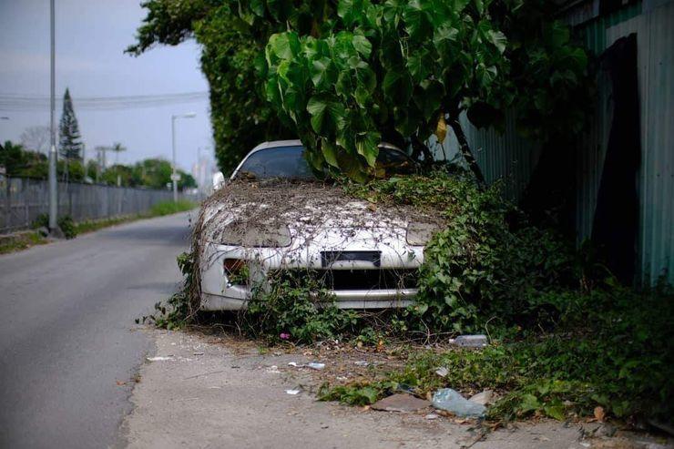 Những chiếc xe sang thể thao bị vứt bỏ hàng chục năm qua