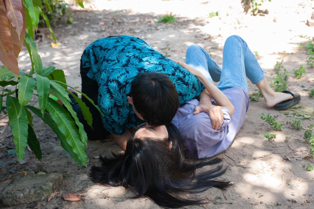 Phản ứng của vợ kém tuổi khi Quách Ngọc Tuyên đăng clip hôn bạn diễn