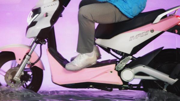 Sơn Tùng M-TP lái xe VinFast màu hường đốn tim fan trong MV mới