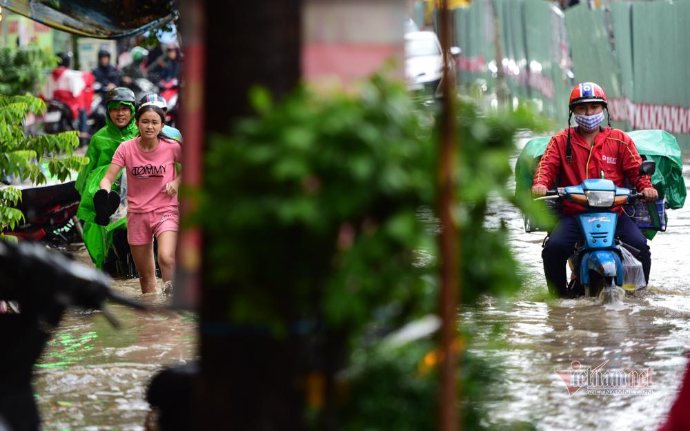 Sài Gòn mưa lớn, người dân chật vật qua 'rốn ngập'
