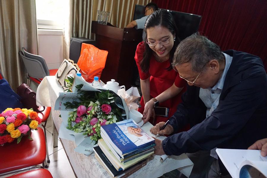 Bác sĩ Đỗ Hồng Ngọc ra mắt tạp bút ở tuổi 80