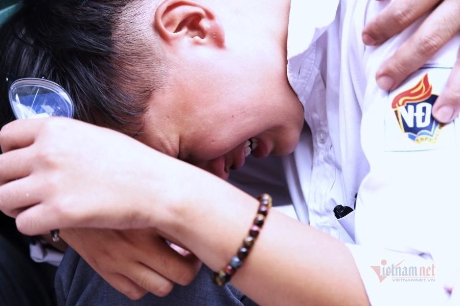 Học trò bật khóc trong vòng tay thầy cô ngày chia tay
