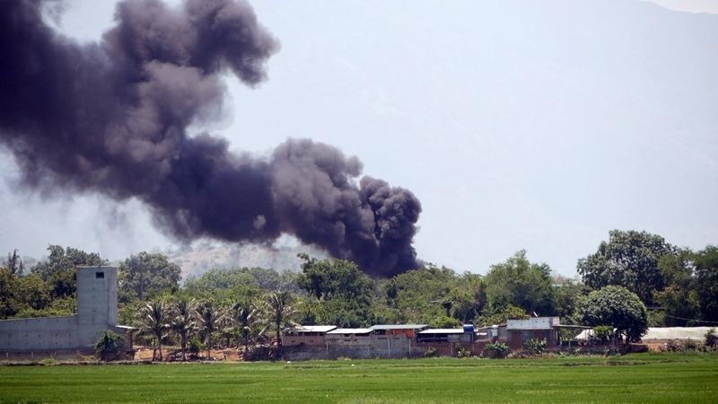 Cột khói đen kịt từ khu chứa xăng dầu sân bay ở Ninh Thuận