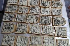 Giáo viên viết công thức toán lên bánh mì, tặng học sinh đi thi đại học