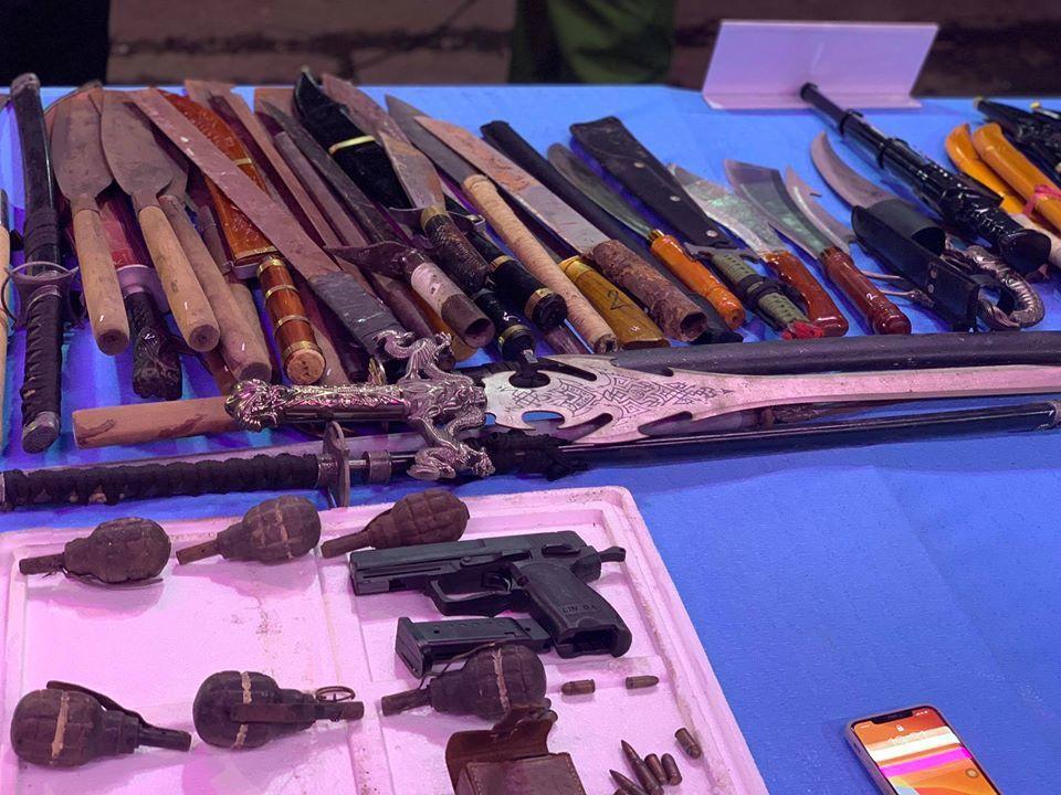 Hàng trăm người dân mang súng, lựu đạn nộp cho công an ở TP.HCM
