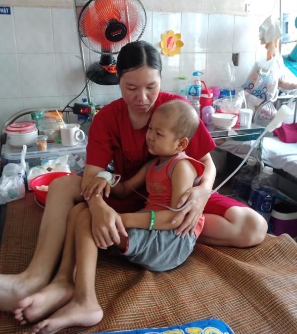 Con đau đớn thèm đi học, mẹ nuốt nước mắt xin cứu giúp