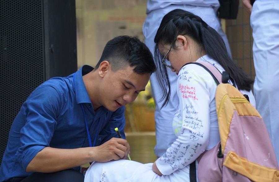 Học sinh Đà Nẵng ký lưu bút kín áo, ôm nhau khóc chia tay tuổi học trò