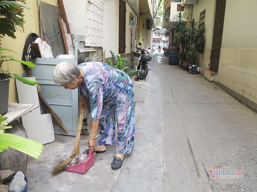 Cụ bà 14 năm nhặt rác, trồng cây làm xanh sạch con hẻm ở Sài Gòn