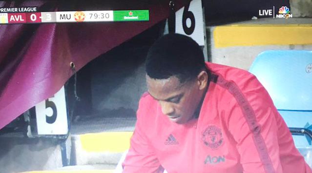 Martial tức giận khi bị thay ra, fan MU thích điều này