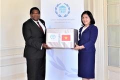 Quốc hội tặng khẩu trang y tế cho Ban thư ký Liên minh Nghị viện thế giới