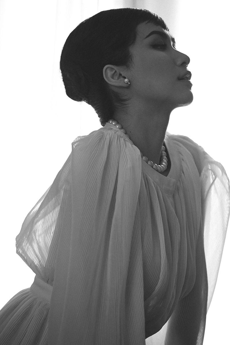 Hòa Minzy gây bất ngờ khi hoá thân Audrey Hepburn