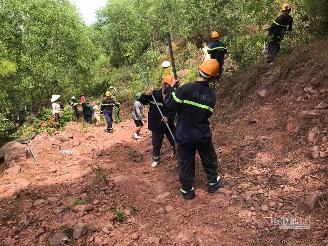 Hàng trăm người căng mình chữa cháy rừng ở Nghệ An