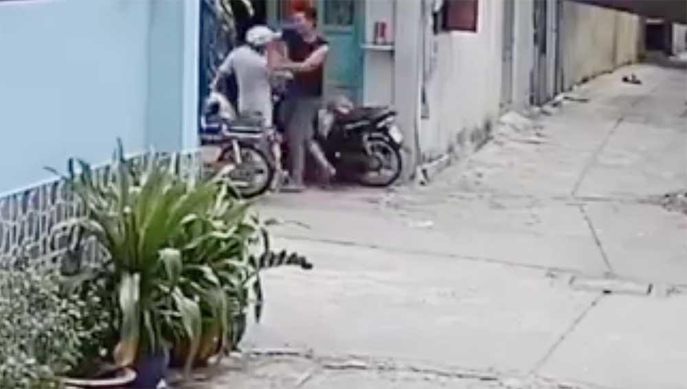 Làm rõ clip con đánh cha mẹ dã man gây bức xúc cộng đồng mạng