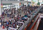 Khách mệt mỏi ngồi chờ hàng giờ trên máy bay ở Hà Nội và TP.HCM