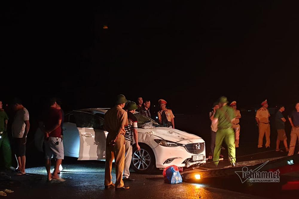Ô tô chở 5 người lao xuống biển trong đêm mưa, 4 người nguy kịch