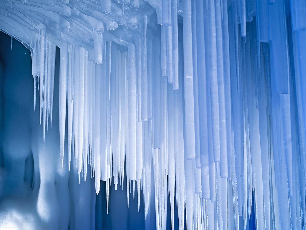 Hang động khổng lồ đóng băng giữa mùa hè