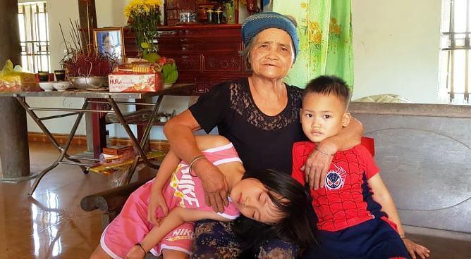 Bố mẹ lần lượt qua đời, 2 chị em 5 tuổi không nơi nương tựa