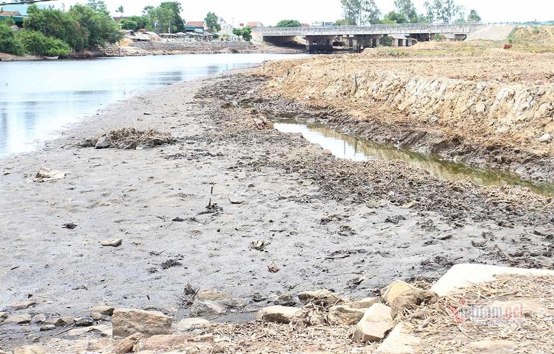Ruộng đồng nứt toác, cá chết trắng bờ sông vì nắng gắt