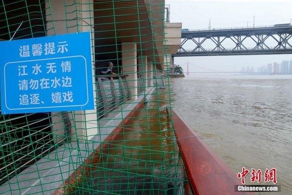 Vũ Hán oằn mình chống lũ lụt