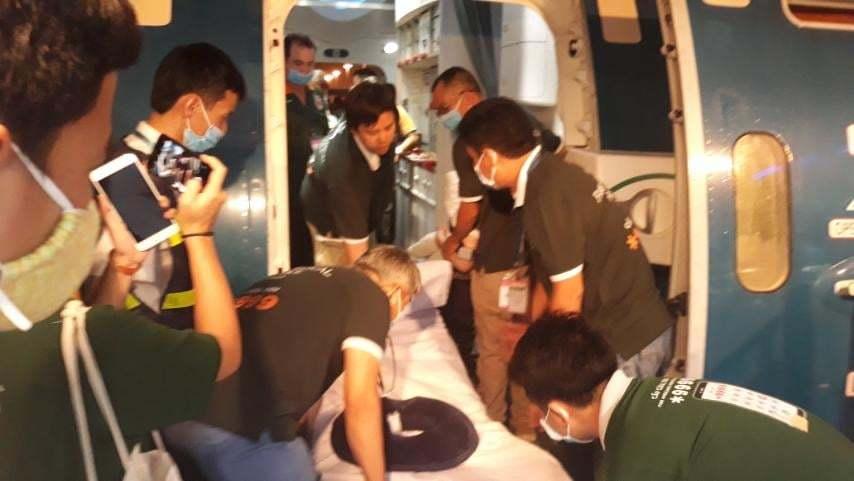 Hình ảnh phi công người Anh rời Việt Nam về nước
