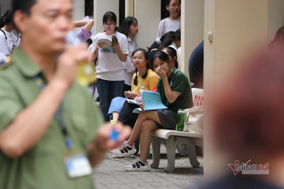 Hơn 3.500 sĩ tử bắt đầu cuộc đua vào 2 trường chuyên ở Hà Nội