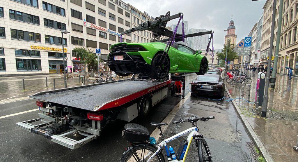 Đỗ chắn cửa, siêu xe Lamborghini Huracan bị cẩu đi