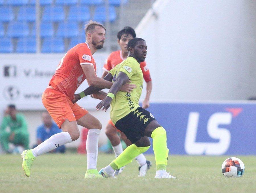 Hà Nội tuột chiến thắng, Phan Văn Đức giúp SLNA có 1 điểm