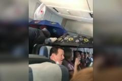 Clip hành khách dùng ô che mưa trên máy bay