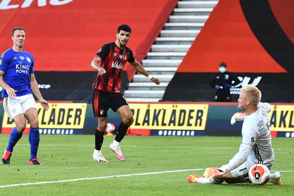 Leicester thua thảm Bournemouth, fan MU reo vui