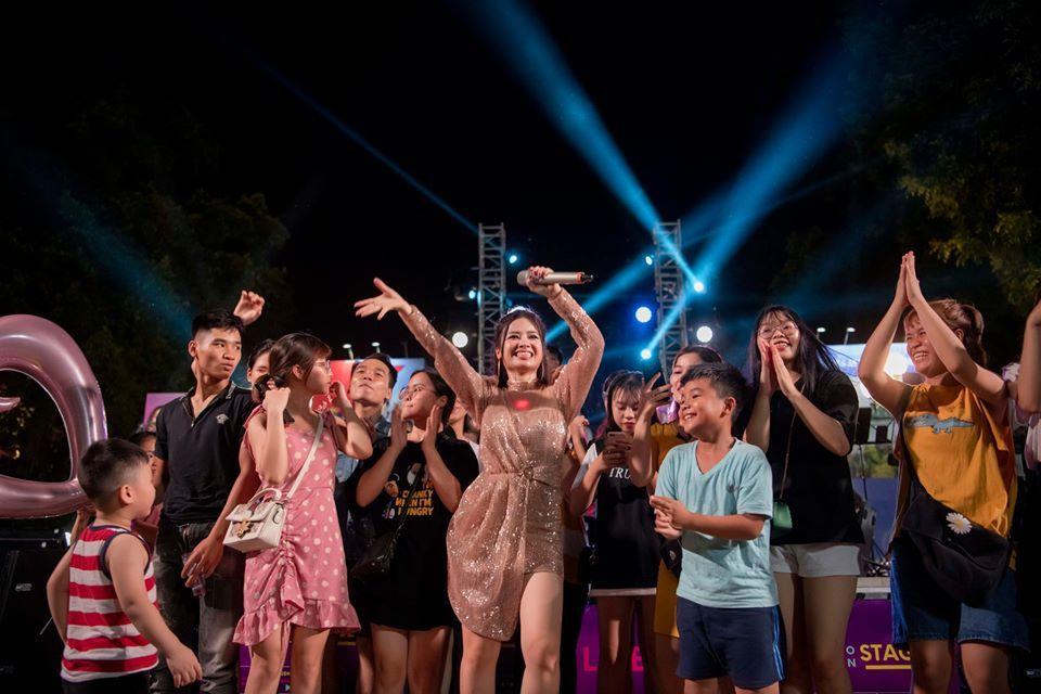 Dương Hoàng Yến khuấy động phố đi bộ bằng loạt hit đình đám