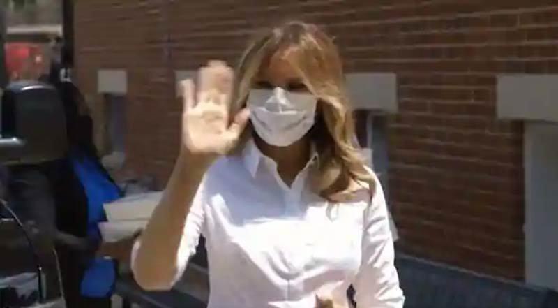 Hình ảnh Melania Trump đeo khẩu trang đi công cán