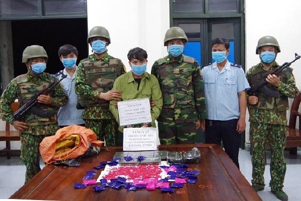 Giả quân nhân 'cõng' số ma túy khủng qua biên giới