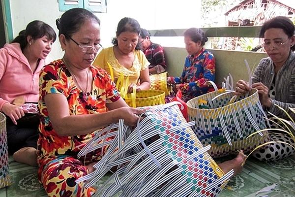 Rủ nhau đan dây nhựa, cải thiện thu nhập nhờ đó thoát nghèo