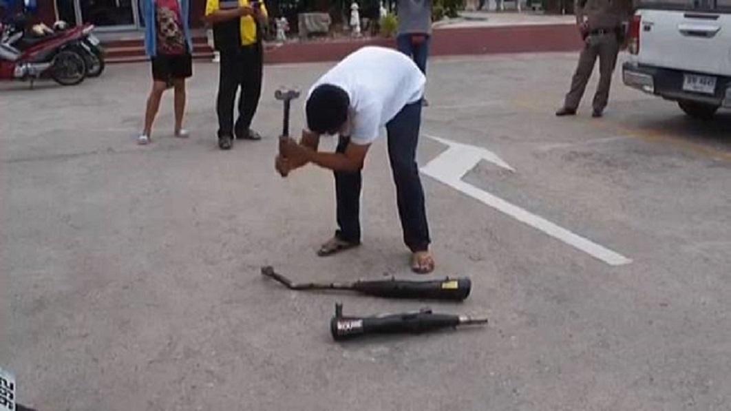 Cảnh sát Thái Lan buộc các quái xế tự tay đập nát pô độ