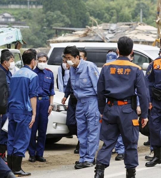 Thủ tướng Nhật thị sát vùng bị lũ lụt tàn phá