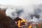 Tiền tỷ trả xong, núi rác 84.000 tấn bị bỏ lại giữa thành phố