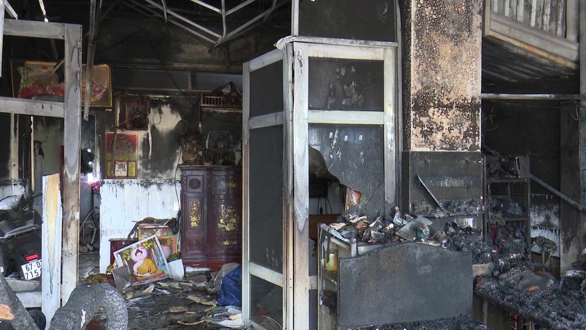 Phóng hoả đốt nhà, bà và 2 mẹ con bị bỏng nặng