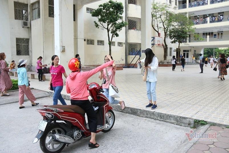 Phụ huynh cầm ô che nắng cho con thi chuyên ở Hà Nội