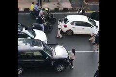 Tắc nghẽn giao thông vì vợ chặn xe bắt quả tang chồng ngoại tình