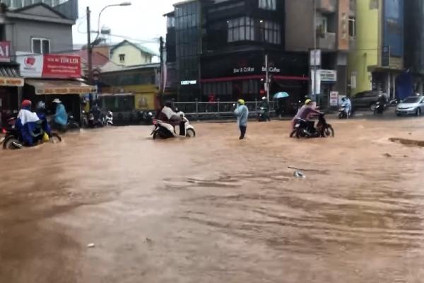 Đà Lạt ngập như sông, nước chảy cuồn cuộn sau mưa lớn