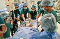 Cuộc đại phẫu đặc biệt của gần 100 bác sĩ tách song sinh dính liền