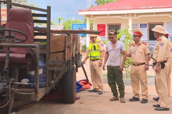 CSGT Đắk Lắk nổ 4 phát súng bắt đối tượng chở gỗ lậu