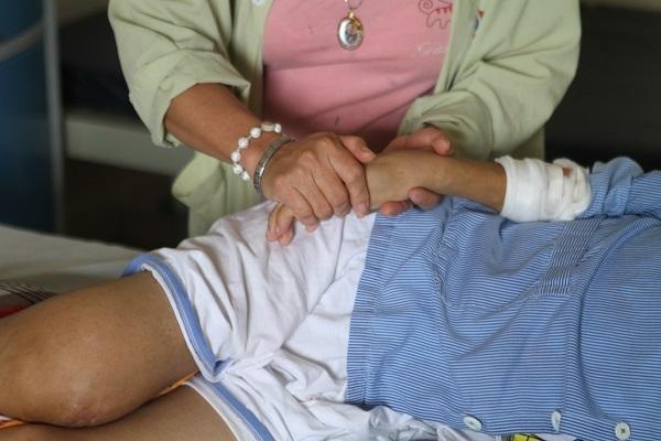 Mẹ khập khiễng đi vay từng đồng lẻ mong cứu con thoát bệnh hiểm nghèo
